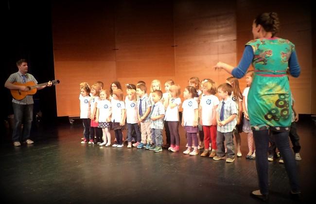 Otroški zborček Vrtca Pedenjped med nastopanjem
